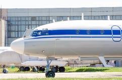 Vieux avions à l'usine de réparation, à l'aéroport Images libres de droits