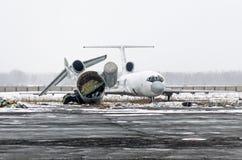 Vieux avions détruits dans la décharge à l'aéroport en hiver Photos stock