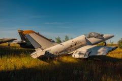 Vieux avions militaires soviétiques cassés abandonnés de combattant sur la terre herbeuse photo stock