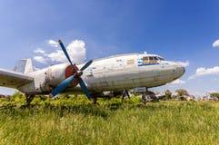 Vieux avions russes Il-14M de turbopropulseur à un aérodrome abandonné Image libre de droits