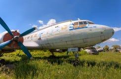 Vieux avions russes Il-14M de turbopropulseur à un aérodrome abandonné Images libres de droits