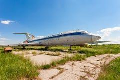 Vieux avions russes Tu-154 à un aérodrome abandonné Images libres de droits
