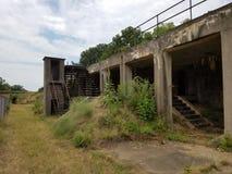 Vieux bâtiment abandonné de ciment avec des mauvaises herbes Photos libres de droits