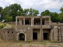 Vieux bâtiment abandonné de ciment avec des mauvaises herbes Image libre de droits