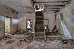 Vieux bâtiment abandonné et de émiettage Image stock