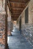 Vieux bâtiment avec le passage couvert arqué avec des piliers des briques et d'un OE image stock