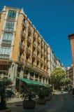 Vieux bâtiment avec le restaurant et les gens marchant sur une rue de Madrid images libres de droits