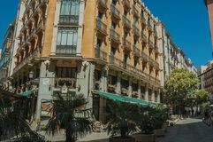 Vieux bâtiment avec le restaurant et les gens marchant sur une rue de Madrid image stock