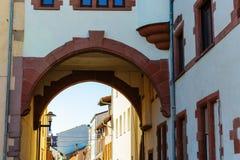 Vieux bâtiment avec un passage souterrain dans les vers, Allemagne photo stock