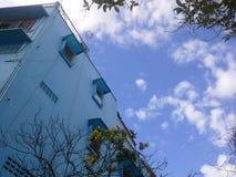 Vieux bâtiment bleu avec le ciel bleu près du vieux marché, Hadyai, Thaïlande Photos stock