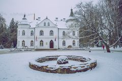 Vieux bâtiment chez la Lettonie, ville Baldone Hiver, air frais et neige photo libre de droits