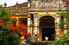 Vieux bâtiment colonial avec une chaise solitaire Photographie stock