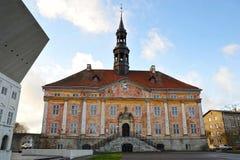 Vieux bâtiment d'hôtel de ville dans Narva photographie stock