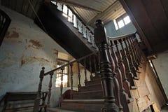 Escaliers en bois antiques intérieurs Photos stock