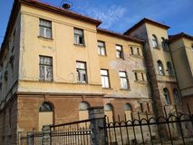 Vieux bâtiment d'un orphelinat abandonné Photos stock