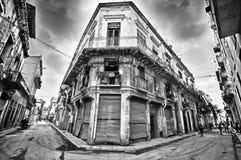 Vieux bâtiment de dommages et rue de la Havane images libres de droits