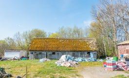 Vieux bâtiment de grange en Estonie images libres de droits