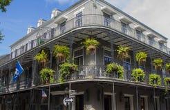 Vieux bâtiment de la Nouvelle-Orléans avec des balcons photographie stock libre de droits