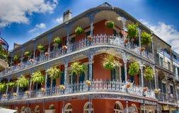Vieux bâtiment de la Nouvelle-Orléans avec des balcons et des rails images libres de droits