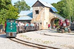 Vieux bâtiment de mine de Muzeum avec les voies et le train Photo stock