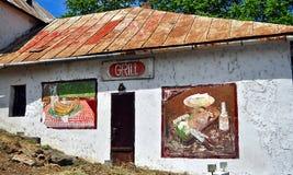 Vieux bâtiment desetred de restaurant de gril avec stupéfier les peintures peintes à la main Images libres de droits