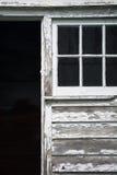 Vieux bâtiment en bois avec la peinture d'épluchage Images libres de droits