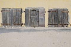 Vieux bâtiment en bois fermé de portes, fermé et abandonné avec la barre de fer rouillée Photographie stock libre de droits