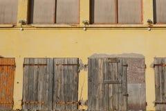 Vieux bâtiment en bois fermé de portes, fermé et abandonné avec la barre de fer rouillée Image libre de droits