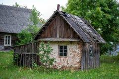 Vieux bâtiment en bois Zone rurale en Lithuanie Photographie stock