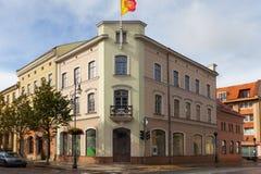 Vieux bâtiment historique avec le drapeau de la ville au centre du Klaipeda image stock