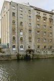 Vieux bâtiment industriel grand sur Avon, Bath Photographie stock