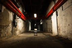 Vieux bâtiment industriel, sous-sol avec peu de lumière Photos libres de droits