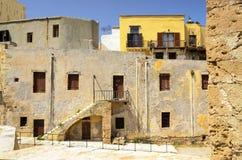Vieux bâtiment jaune sur le territoire du musée maritime dans C Photographie stock