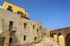 Vieux bâtiment jaune sur le territoire du musée maritime dans C Photo stock