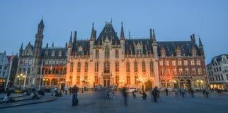 Vieux bâtiment la nuit à Bruges, Belgique photo libre de droits