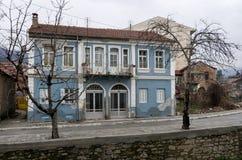Vieux bâtiment néoclassique par la rivière à Flórina, Grèce photographie stock libre de droits