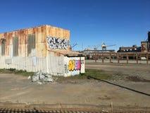 Vieux bâtiment ondulé et d'abandon avec le graffiti Photographie stock libre de droits