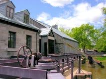 Vieux bâtiment pour le barrage en île des moulins, Canada Photo stock