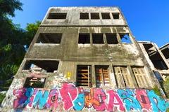 Vieux bâtiment rampant image stock