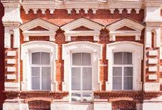 Vieux bâtiment rouge avec des fenêtres et des abat-jour Image libre de droits