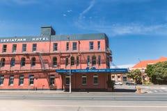 Vieux bâtiment rouge d'hôtel dans la ville de Dunedin image stock