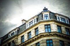 Vieux bâtiment, rue à Londres pendant l'heure d'été Photographie stock
