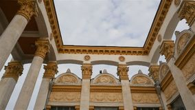 Vieux bâtiment soviétique en Ukraine L'Union Soviétique Symbole de faucille et de marteau Appareil-photo dans le mouvement Beau c banque de vidéos