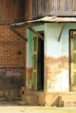 Vieux bâtiment vert qui planeurs photo libre de droits