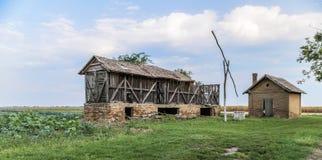 Vieux bâtiments abandonnés et un vieux puits Images stock
