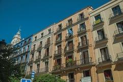 Vieux bâtiments avec la façade complètement des fenêtres et des balcons à Madrid image stock