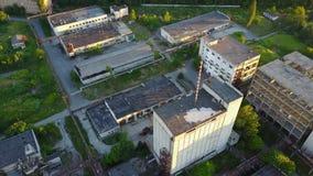 Vieux bâtiments blancs d'usine banque de vidéos