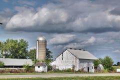 Vieux bâtiments blancs de ferme et un vieux silo Photographie stock
