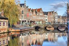 Vieux bâtiments, canal et pont dans Lier Photos libres de droits