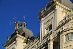 Vieux bâtiments colorés et de cru dans la rue de Gran Via à Madrid photographie stock libre de droits